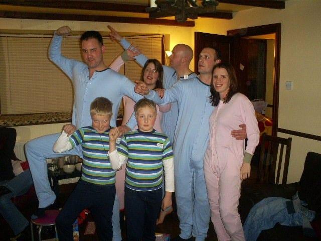 pyjamaparty im erwachsenenstrampler